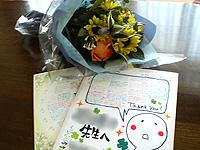 生徒達にもらった色紙と花束